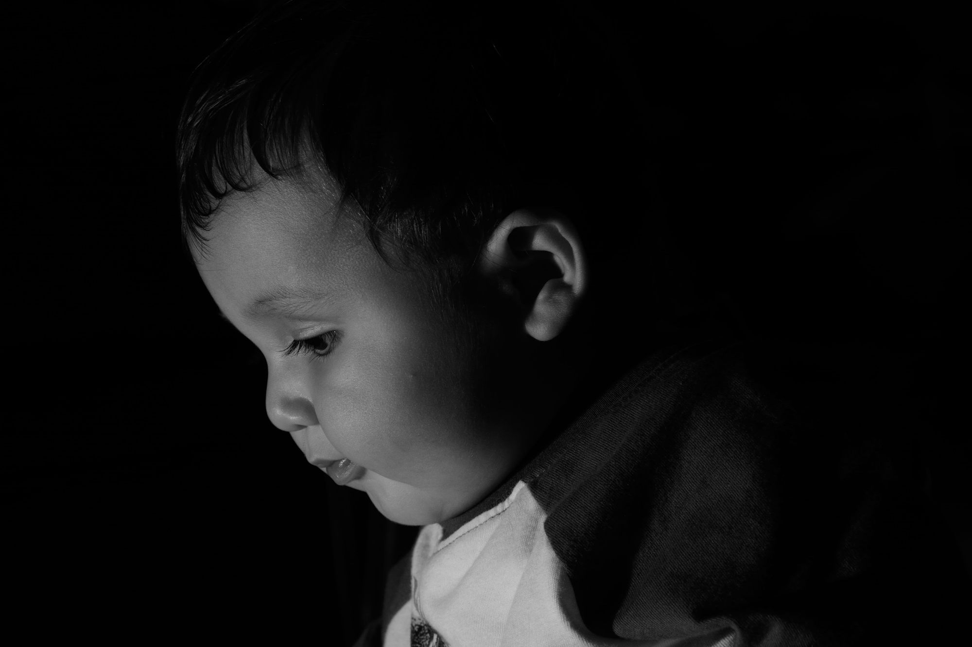 tomas hric photography stunning family and baby photographer little boy portrait with off camera flash
