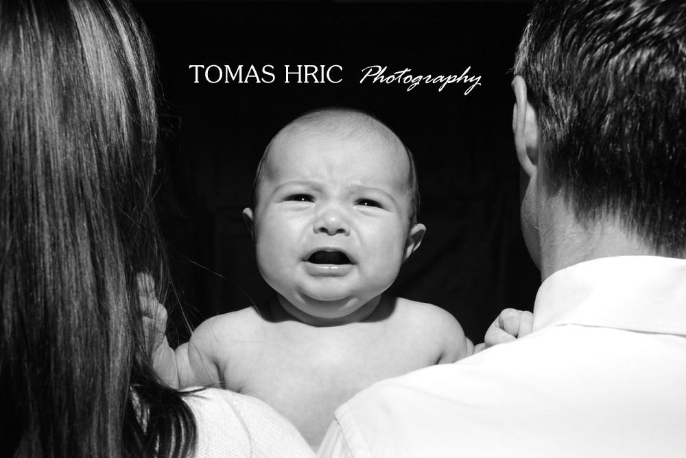 Newborn photographer in alexandria virginia baby looking over parents shoulders tomas hric photographt in va washington dc md bw