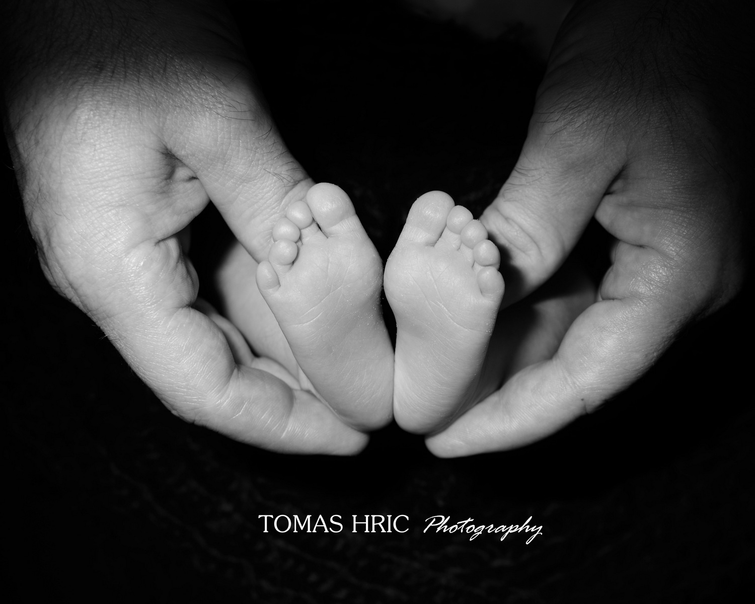 Tomas Hric Photography Newborn photographer in northern virginia mother father holding newborn tiny feet